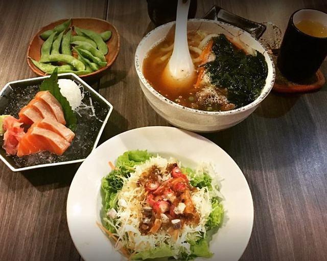 Cơm cuộn với sashimi của quán khá ngon, thịt cá nhìn tươi, lại thêm phần trình bày đẹp mắt